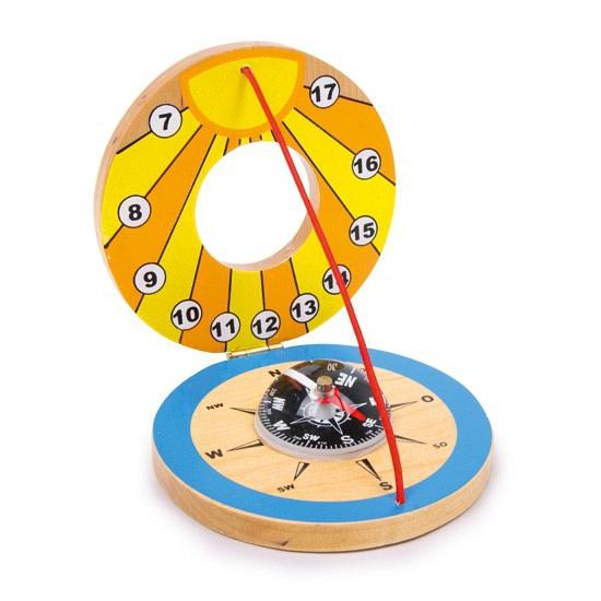 Houten zonnewijzer met kompas